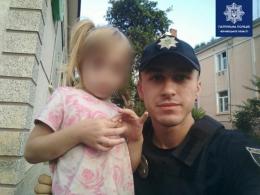 Патрульні у Чернівцях знайшли маленьку дівчинку