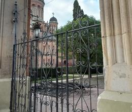 Ворота ЧНУ, які знесли автівкою, забрали на реставрацію