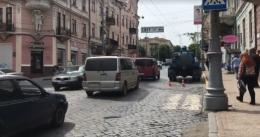 Працівники «Чернівціводоканалу» вилили нечистоти з каналізації прямо на дорогу (відео)