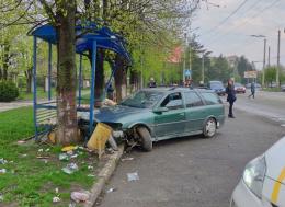 """У Чернівцях """"Опель"""" на швидкості влетів у зупинку громадського транспорту (фото)"""