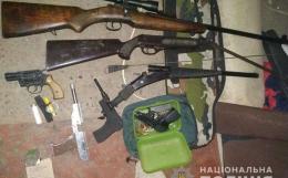 У гаражі буковинця поліцейські знайшли зборю, набої та кастет