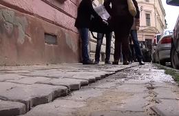 Містяни скаржаться на покриття, яке неякісно відновила фірма-підрядник у Чернівцях (фото)