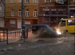 У Чернівцях через потужну зливу вулиці перетворились на озера (відео)