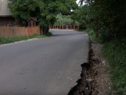 У Чернівцях на Вижницькій зруйнувався новий асфальт (відео)