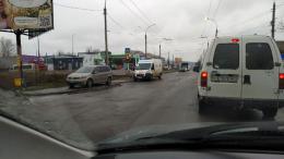 """У Чернівцях на Хотинській водій """"Volkswagen"""" не пропустив швидку"""