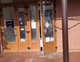 У Чернівцях невідомий у масці розбив двері меблевого магазину і втік