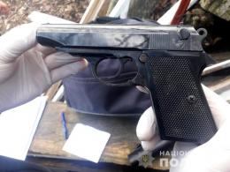 На Буковині поліція вилучила зброю у двох чоловіків (фото)