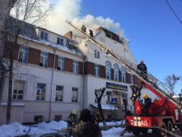У Чернівцях через маштабну пожежу з приміщення транспортного коледжу евакуювали кілька сотень людей (фото+відео)