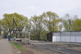 """У Чернівцях на """"Калинці"""" почали відбудовувати контейнери, які згоріли на пожежі (фото)"""