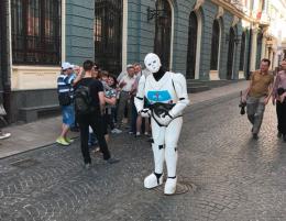У Чернівцях центром міста гуляв робот (фото)
