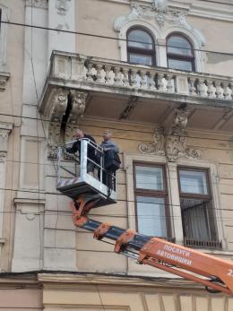 У Чернівцях демонтували балкон будинку-корабля (фото)