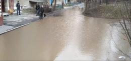 У Чернівцях через несправні зливові мережі на вулиці Залозецького утворилося озеро (відео)