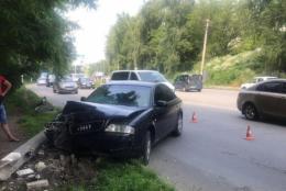 """У Чернівцях водій на """"Ауді"""" зніс електроопору (фото)"""