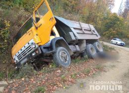 Через необережність буковинець загинув під колесами власної вантажівки