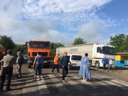 У селі на Буковині місцеві мешканці перекрили дорогу