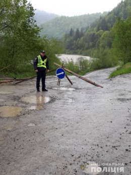 у гірському селі перекрили дорогу через загрозу підтоплення