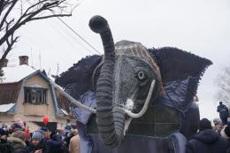 """У Вашківцях на Маланці """"гуляли"""" вікінги, величезний слон та порося"""