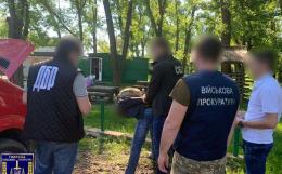 Затримали прикордонника, який за хабар налагодив на Буковині канал контрабанди