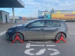 На кордоні Буковини виявили автомобіль, який розшукував Інтерпол