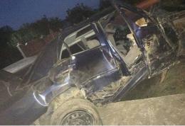 На Буковині «Мерседес» врізався в бетонний заїзд, двоє пасажирів у важкому стані (фото)