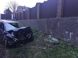 На Буковині п'яний водій на «Шкоді» врізався у бетонну огорожу, постраждало четверо чоловіків (фото)