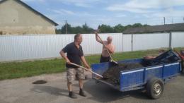На Буковині у селі люди власноруч зробили ямковий ремонт дороги