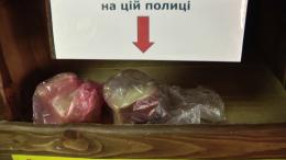 У Чернівцях в одному з магазинів на Руській облаштували полицю зі свіжим безкоштовним хлібом