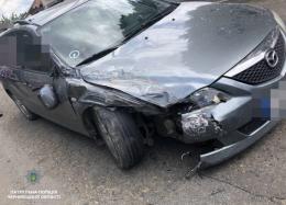 """У Чернівцях водій """"Мазди"""" з ознаками сп'яніння врізався в авто, звинувативши у скоєному дружину (фото)"""