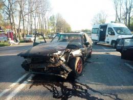 """На Буковині """"БМВ"""" на швидкості врізалось в легковик, винуватці втекли (фото)"""