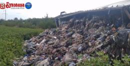 У райцентрі на Буковині перекинулась вантажівка зі сміттям (відео)