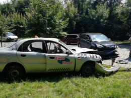 """У Чернівцях зіткнулись """"Хонда"""" та таксі """"Део Ланос"""", є постраждалі (фото)"""