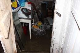 У Чернівцях під час ремонту вулиці Руської мешканцям затопило підвал: пошкодили водопровід (фото)