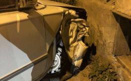 У Чернівцях п'яний водій на ВАЗі в'їхав у стіну будинку (фото)