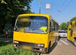 У Чернівцях маршрутка на «зебрі» зачепила жінку, її забрала «швидка» (фото)