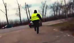 З'явилося відео із підозрюваним у хабарництві патрульним, який втікає (відео)
