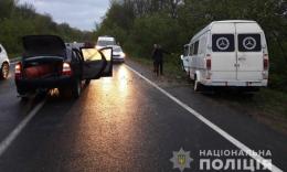 На Буковині легковик врізався у мікроавтобус, двоє травмованих
