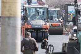 У Чернівцях на Проспекті та Героїв Майдану вкладають нижній шар асфальту