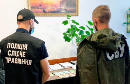 На Буковині лікарку райлікарні затримали на хабарі