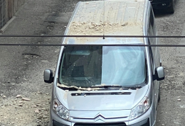 У Чернівцях на припарковане авто обвалилась штукатурка