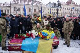 Чернівці попрощалися із загиблим на сході бійцем Віталієм Онуфрейчуком
