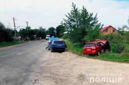"""На Буковині зіткнулись два авто """"Volkswagen Golf"""", постраждала 25-річна чернівчанка"""