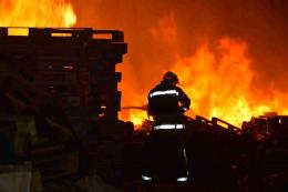 Рятувальники розповіли про ймовірну причину пожежі на складах у Садгорі