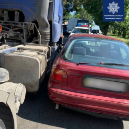 У Чернівцях на Фастівській легковик зіткнувся з вантажівкою
