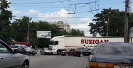 У Чернівцях на Південно-Кільцевій зіткнулись легковик та вантажівка
