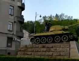 У Чернівцях над танком підняли український прапор: приїхала поліція
