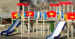 Дитячі забави посеред багнюки. У Чернівцях облаштували майданчики, гратися на яких небезпечно (відео)
