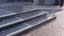 У кінотеатрі «Чернівці» завершили ремонт гранітних сходів із пандусом