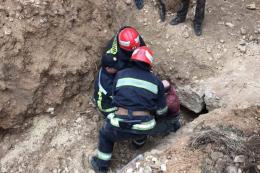 На Буковині врятували чоловіка, якого засипало на піщаному кар'єрі (фото)