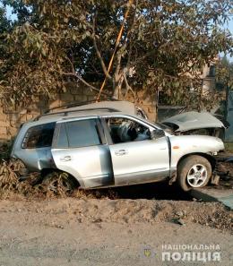 """На Буковині """"Hyundai"""" з'їхав у кювет, де наїхав на бетонну перешкоду (фото)"""
