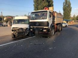 У Боянах зіткнулись мікроавтобус і вантажівка